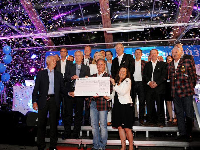 wfg2013 scheckuebergabe gruppenfoto 700x525 - Charity